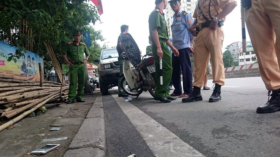 Điện thoại và thẻ tuần tra của Trung úy Tuấn Anh bị thanh niên trên giật, rơi xuống đường.
