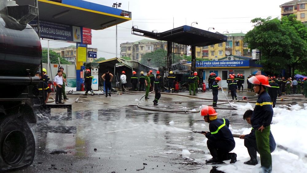 Phun nước làm mát xe bồn và bể ngầm chứa xăng, dầu.