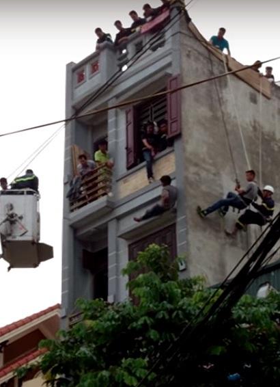 Cảnh sát tiếp cận vị trí người đàn ông ngồi từ nhiều hướng.