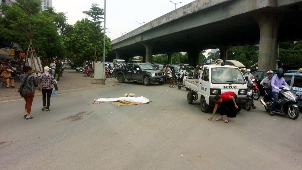 Hiện trường vụ tai nạn tại ngã tư Khuất Duy Tiến - Tố Hữu.