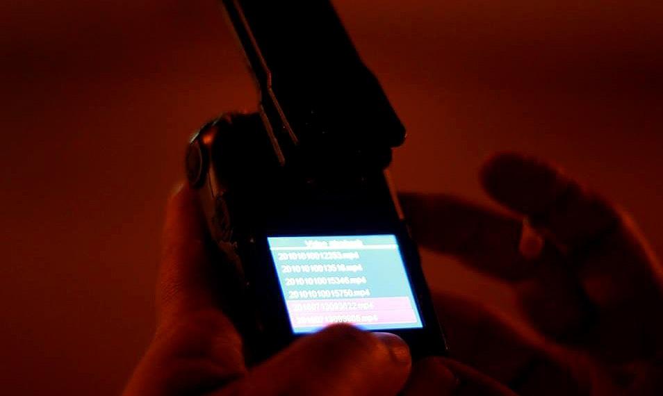 Chiếc camera có thể ghi hình liên tục trong vòng 4 tiếng đồng hồ. Sau đó, dữ liệu sẽ được chuyển vào máy tính. Chiếc camera có tính năng giống như một chiếc điện thoại, cho phép người sử dụng xem lại hình ảnh ngay trên màn hình.