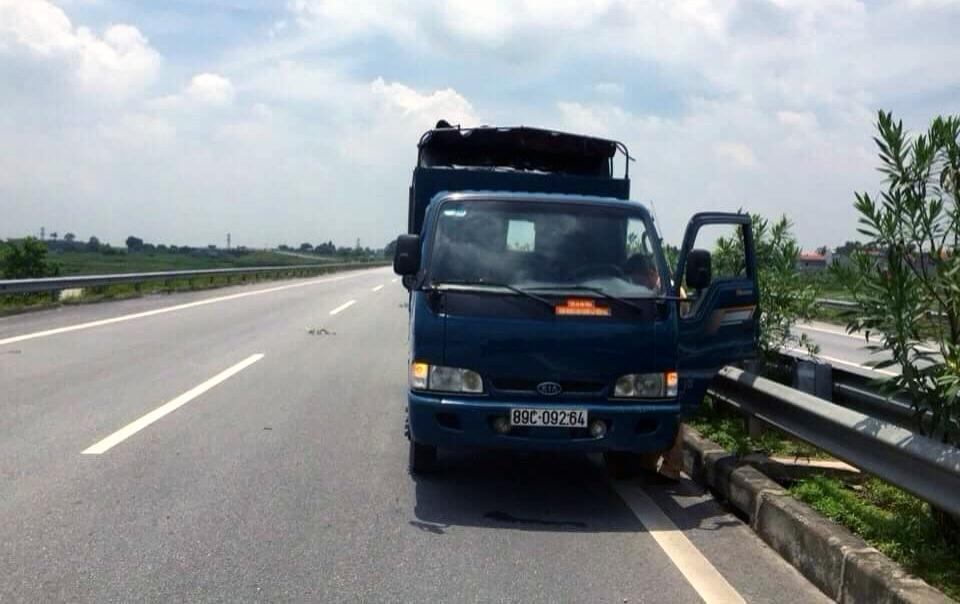 Chiếc xe bị bỏ lại giữa đường cao tốc.