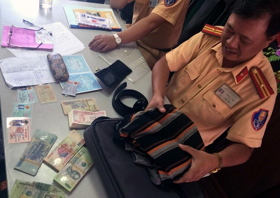 CSGT Hà Nội trả lại hơn 40 triệu đồng nhặt được - 1