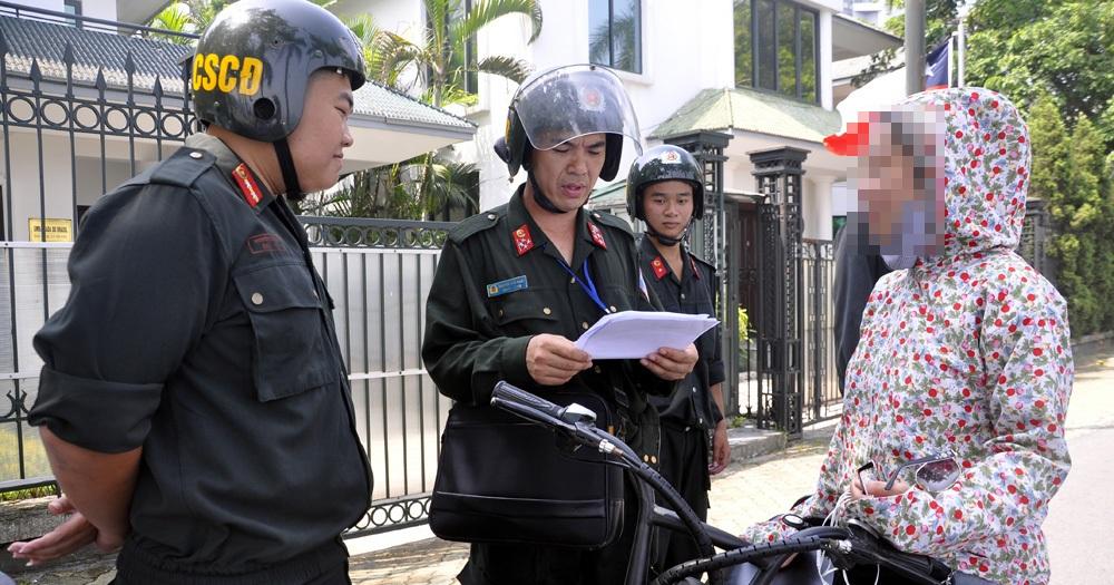 Nhiều người dân tỏ ra bỡ ngỡ khi thấy CSCĐ tuần tra, xử lý vi phạm vào ban ngày.