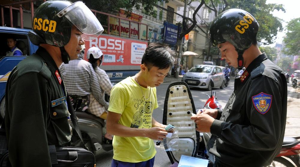 Lực lượng CSCĐ kiểm tra hành chính người vi phạm giao thông như quá trình tuần tra, kiểm soát vào ban đêm. Ngày đầu tuần tra vào ban ngày, lực lượng CSCĐ chủ yếu nhắc nhở, nâng cao ý thức người dân.