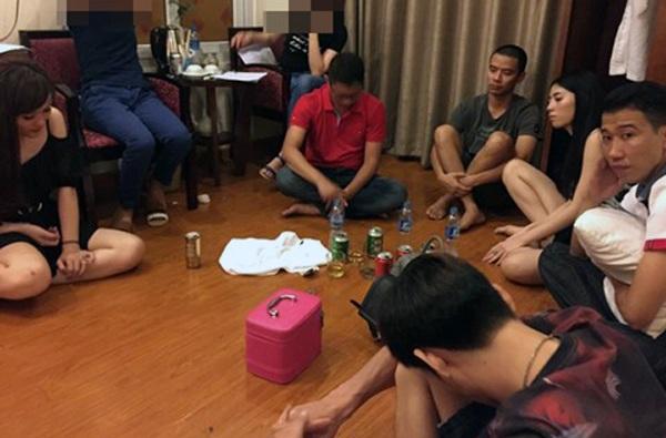Hiện trường bắt quả tang các đối tượng đang sử dụng ma túy tại khách sạn. (Ảnh: CQĐT cung cấp)