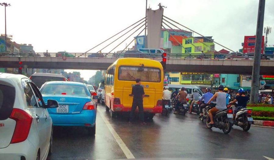 Hình ảnh người đàn ông thản nhiên tè bậy giữa đường gây xôn xao dư luận.