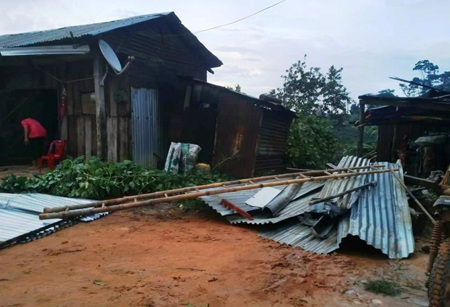 Nhiều ngôi nhà bị tốc má