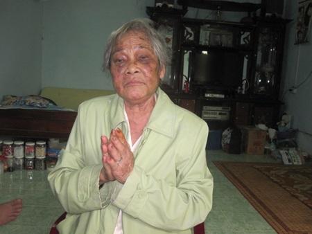 Bà Bảy liên tục chắp tay kêu cứu, xin nhà báo làm cách nào để thằng con tôi ra khỏi nhà tôi.