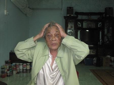 Bà Bảy tả lại lúc Minh dùng mũ bảo hiểm đập vào đầu bà khiến bà phải nhập viện