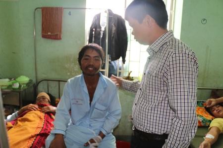 Anh Rơ Châm Hin (bên trái) - một nạn nhân của vụ tai nạn.