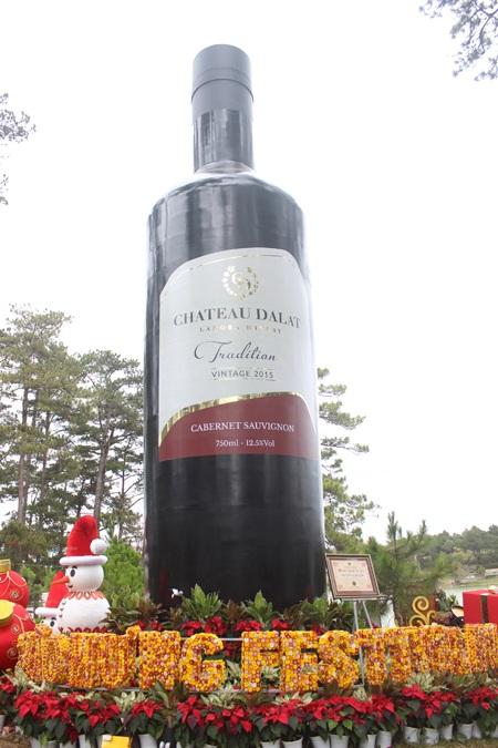 Chai vang kỷ lục Chateau Dalat- là chai rượu vang cao cấp lớn nhất từ trước đến nay có chiều cao 8m, đường kính đáy 2m, dung tích 2.000 lít
