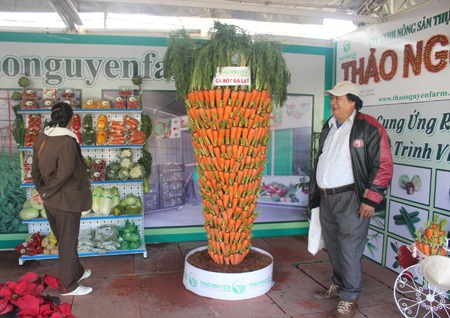Củ cà rốt được làm bằng gần 1000 củ cà rốt Đà Lạt