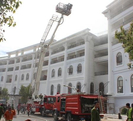 Các chiến sỹ PCCC đang khống chế đám cháy