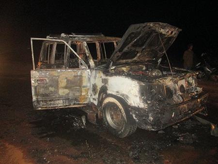 Chiếc xe cháy trơ khung.