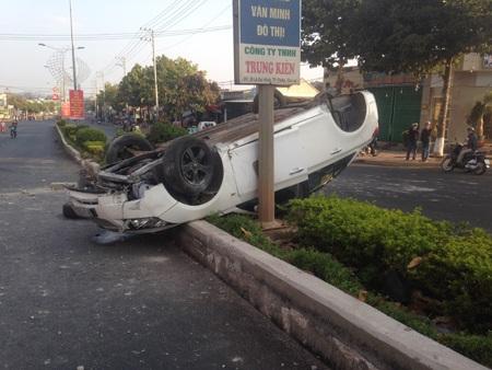 Chiếc ô tô nằm ngửa bụng trên dải phân cách