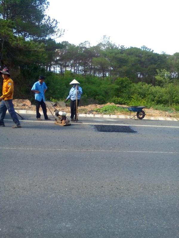 Công nhân đang sửa chữa những đoạn đường bị hư hại