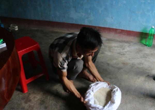 Gia đình anh Toàn để lại ít gạo cho gà ăn, thỉnh thoảng hết tiền mua gạo khác gia đình anh mới mang gạo này ra nấu ăn