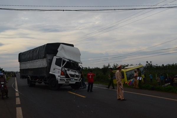 Tài xế và phụ xe trên chiếc xe tải bị thương nặng sau cú va chạm