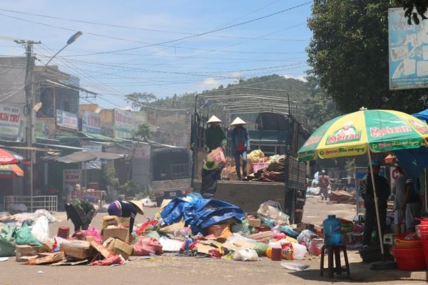 Tiểu thương thu dọn đồ sau vụ cháy chợ