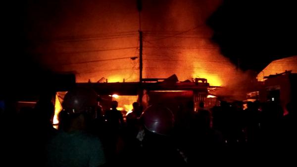 Nửa đêm, chợ Kbang như 1 biển lửa