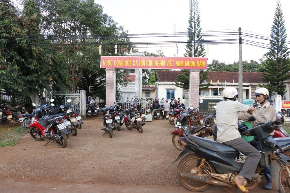 Hàng trăm nông dân xã Ia Hlốp kéo nhau lên trụ sở UBND xã truy việc chi tiền hỗ trợ hạn hán.