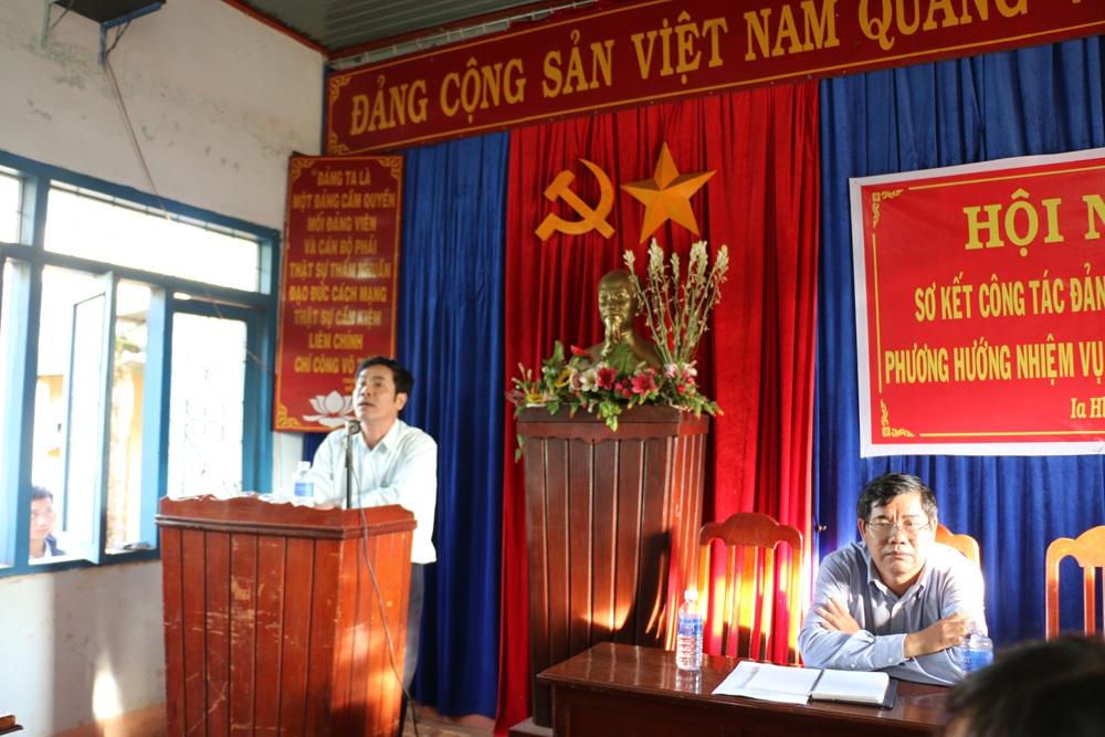 Ông Tâm (đứng) và ông Quý trong buổi đối thoại với người dân về vụ việc
