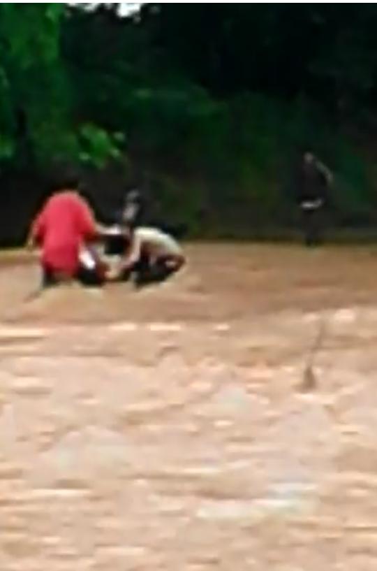 Mỗi khi mưa lớn, đập tràn trên địa bàn xã Ia Kriêng lại bị ngập như thế này (Ảnh cắt từ clip của người dân)