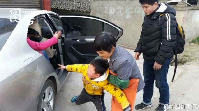 Cậu bé gào khóc khi mẹ sắp lên thành phố sau Tết