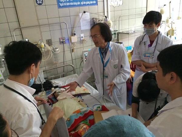 Các bác sĩ đang hội chẩn một ca bệnh nhân nhi nặng (Ảnh: H. Hải)