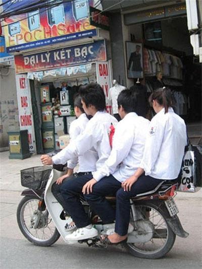Học sinh vô tư phạm luật giao thông
