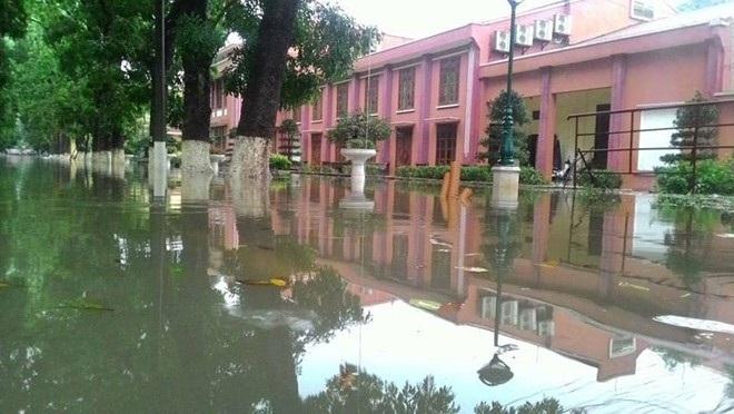 Sân trường ĐH Thủy lợi biến thành sông. (Ảnh: Facebook nhà trường)