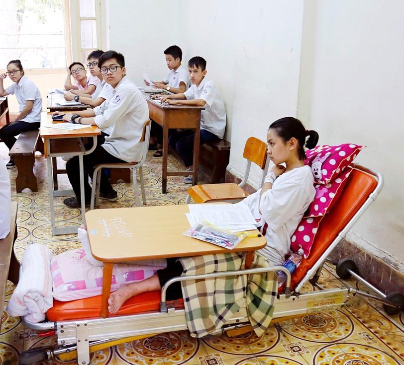 Thí sinh Đào Kiều Khánh làm bài thi trên giường bệnh đặc biệt (ảnh: Lê Hiếu)