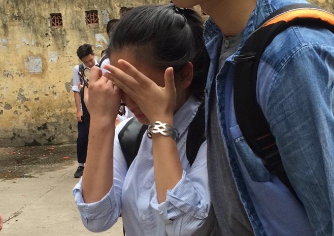 Một thí sinh khóc nức nở ngay sau khi kết thúc thi môn Hóa học ở điểm thi Trường THPT Chu Văn An (ảnh: M. H)