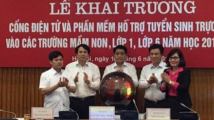 Chủ tịch UBND thành phố Hà Nội và lãnh đạo ngành giáo dục bấm nút khai trương hệ thống phần mềm tuyển sinh trực tuyến sáng 16/6. (ảnh TPO)