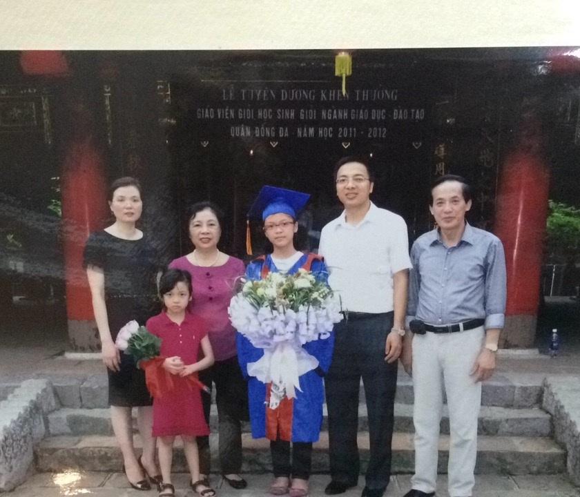 Em cùng gia đình tại lễ tuyên dương, khen thưởng học sinh giỏi thủ đô, năm học 2011- 2012 tại Văn Miếu- Quốc Tử Giám