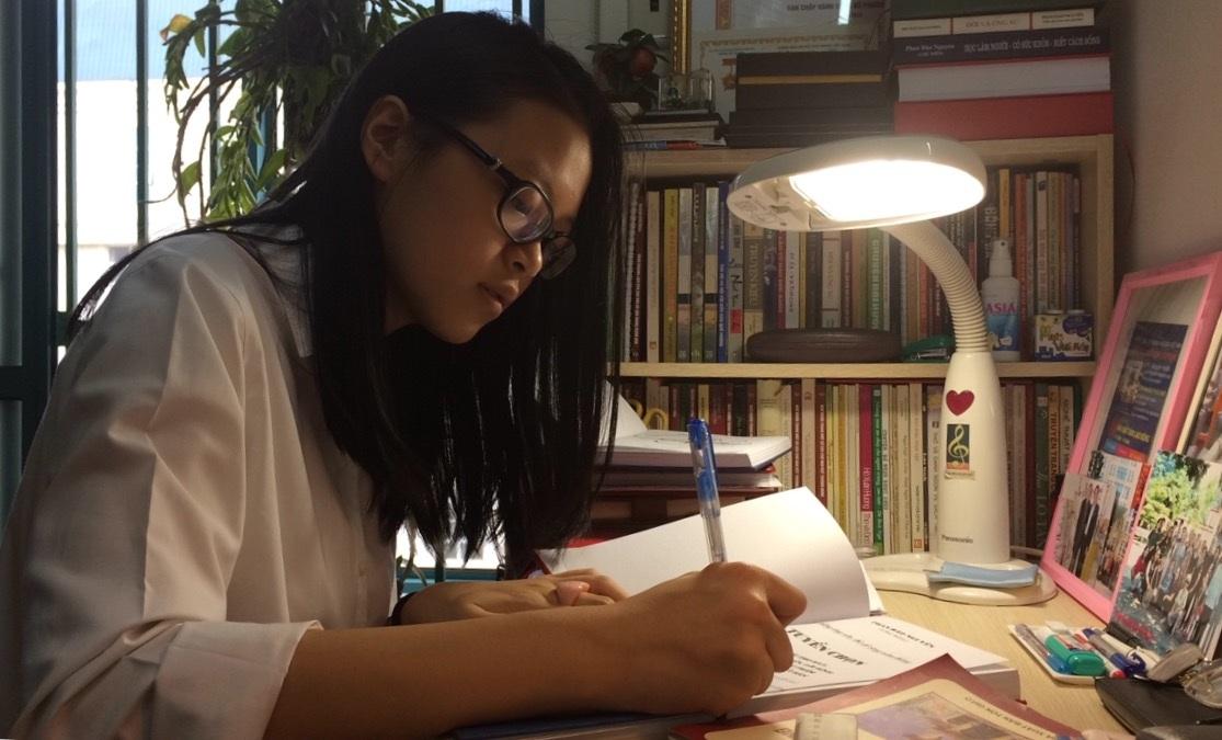 Hà Linh trong phòng đọc sách của ông nội