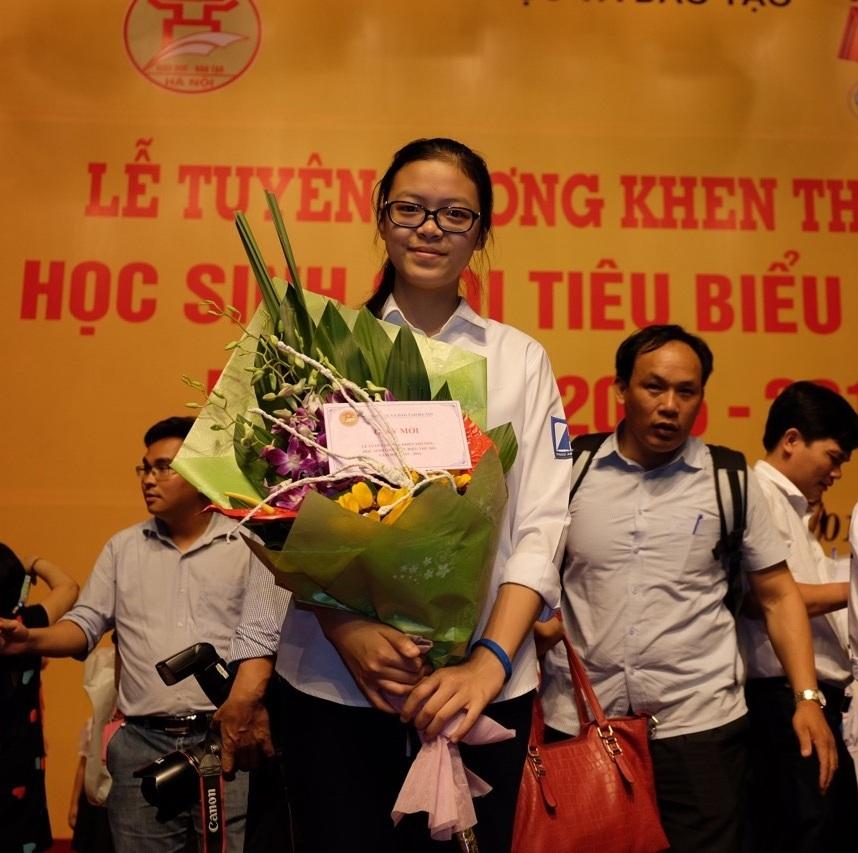 Hà Linh tại Lễ tuyên dương, khen thưởng học sinh giỏi tiêu biểu của thủ đô năm 2016