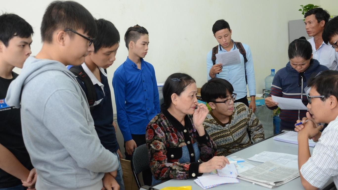Phụ huynh và thí sinh tại ĐH Đà Nẵng trong ngày đầu tiên nộp hồ sơ (ảnh: ictdanang.vn)