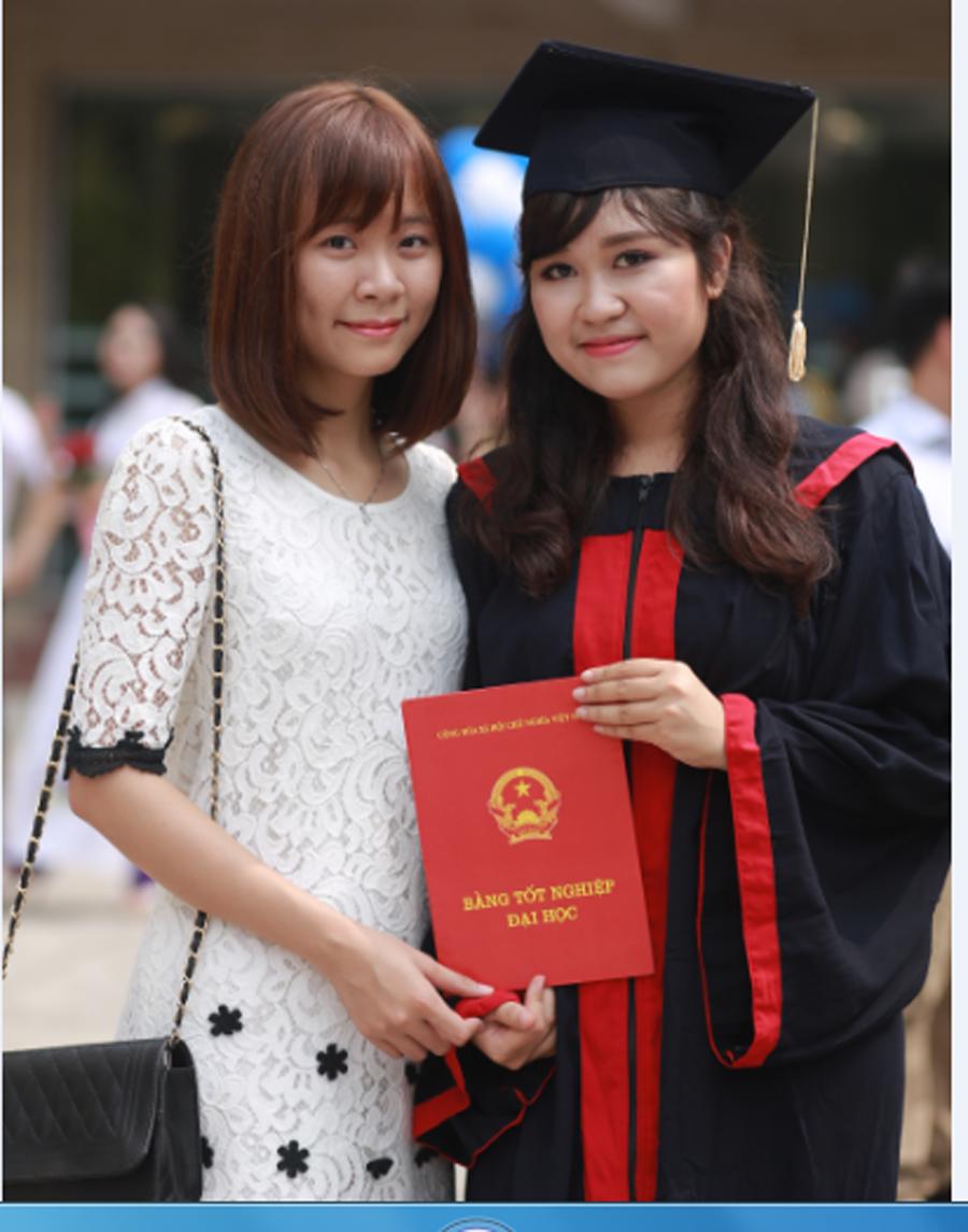 Phương Anh (phải) trong lễ tốt nghiệp