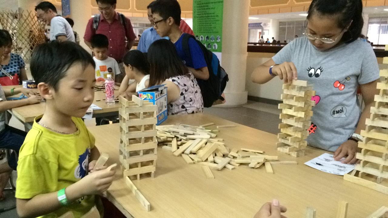 Trẻ vui học toán cùng các mô hình tại Ngày hội toán học mở