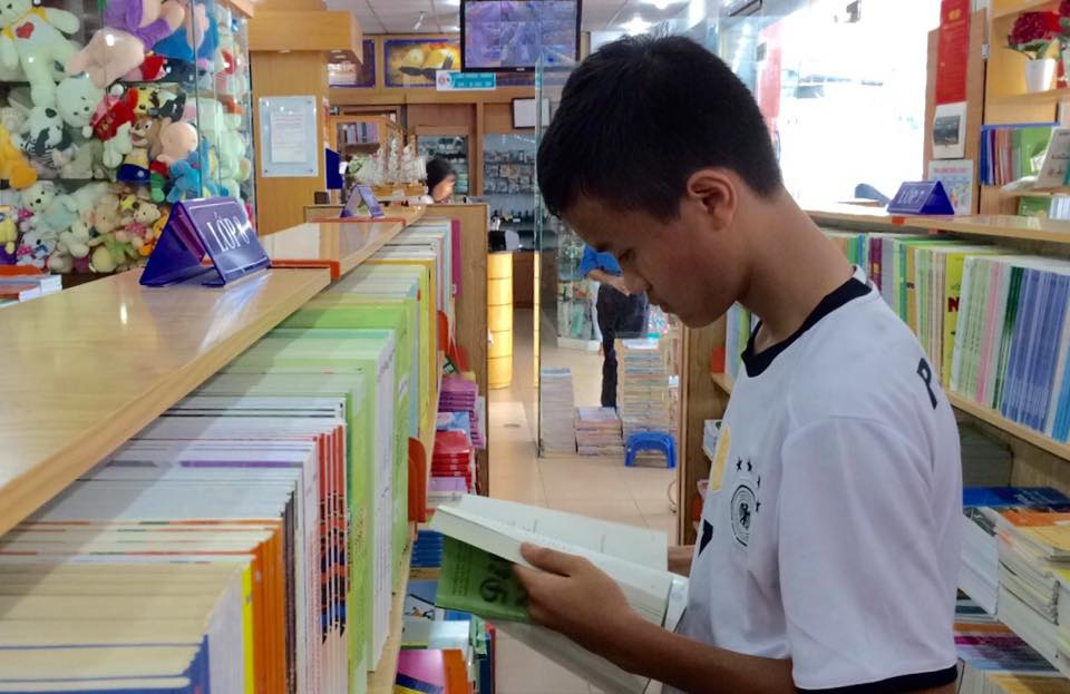 Học sinh Hà Nội mua sắm SGK đầu năm học mới (ảnh: Mỹ Hà)