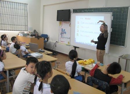 Giờ học ngoại ngữ tại một trường tiểu học ở Hà Nội (ảnh: Mỹ Hà)