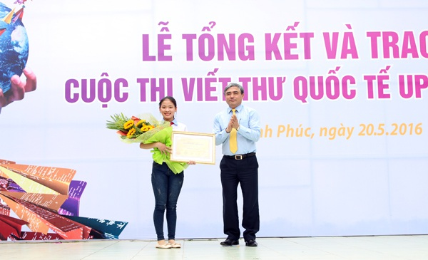Thu Trang nhận giải nhất UPU Việt Nam vào tháng 5/2016