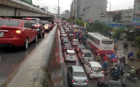 Ô tô kẹt cứng trên đường phố Hà Nội