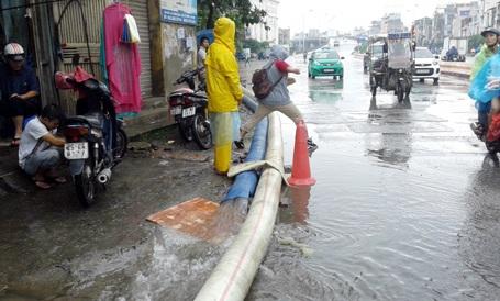 Dùng mọi cách nhưng đường Minh Khai vẫn lênh láng nước
