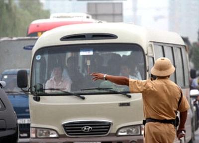 Phương tiện giao thông đi theo hướng dẫn của lực lượng chức năng
