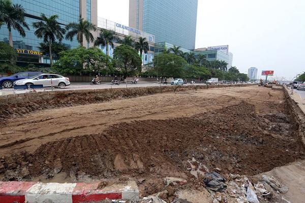 Khoảng 200m dải phân cách giữa đường Trần Duy Hưng bị phá bỏ trong sáng nay