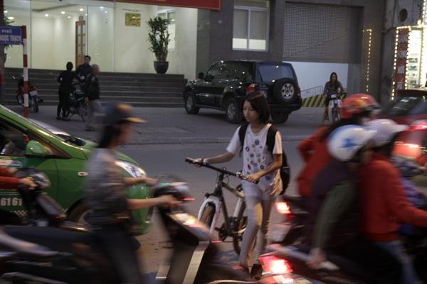 Phố phường bị ô tô, xe máy bủa vây, học sinh chỉ còn cách dắt xe đạp qua đường