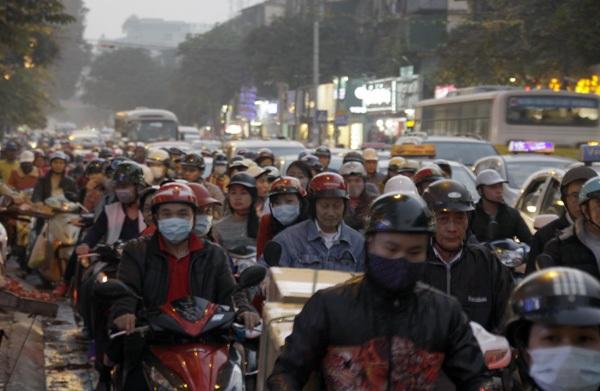Cuối giờ chiều nay, nhiều tuyến phố Hà Nội bị ùn tắc kéo dài